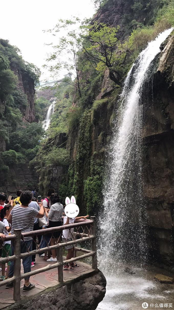 峡谷两边飞瀑急下
