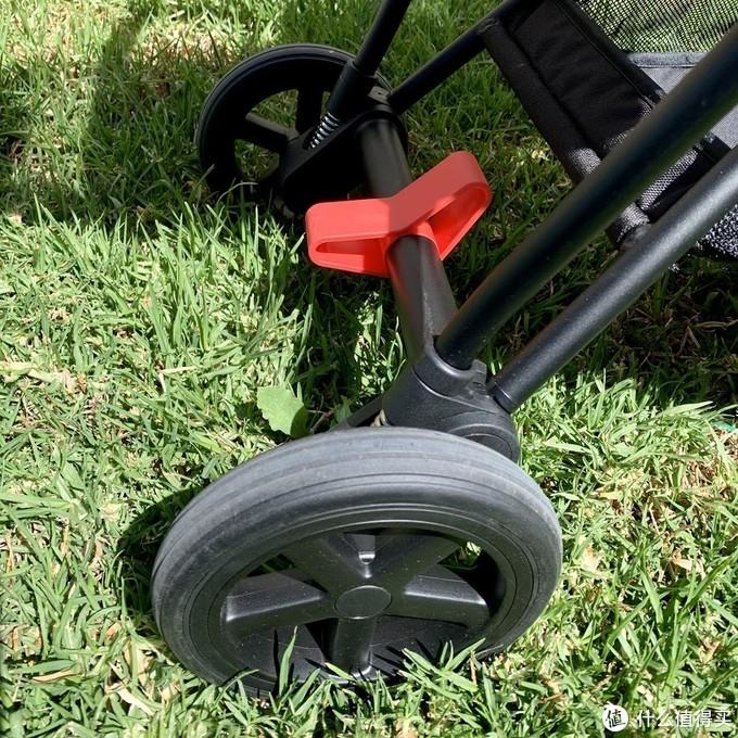 刹车是一脚双刹,非常好用,解锁时需要反向往上踢,有点费鞋子。