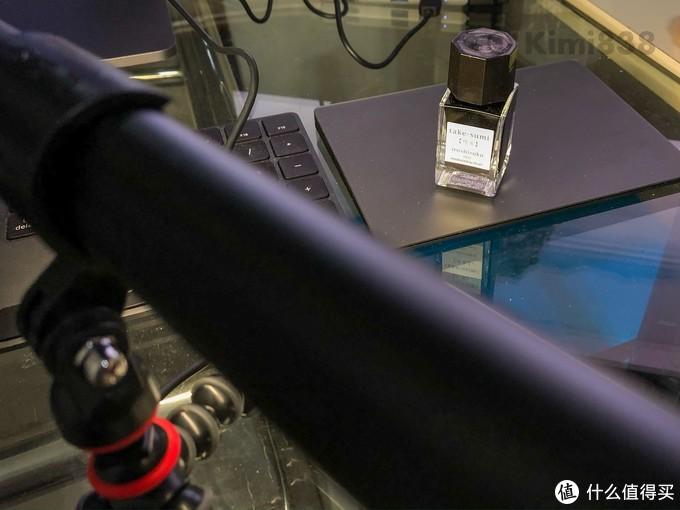 ▲除了做电脑屏幕灯之外,这款荧幕灯还可以做和GoPro夹具合体,做补光灯使用;加上它的USB供电接口,应急用来拍个小物件也很实用。