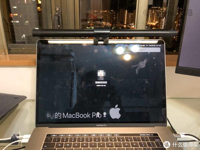 ▲BASF荧幕灯和笔记本合体,对于MacBook Pro 2018这样屏幕上部没有采用窄边框设计的笔记本,适配起来就还不错,而且屏幕顶部的摄像头也没有被遮挡住。