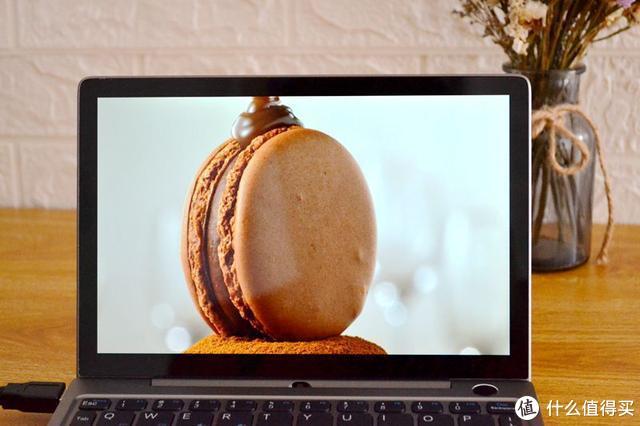 如你所见,这就是一台功能完整,性能超越MacBook的掌上电脑