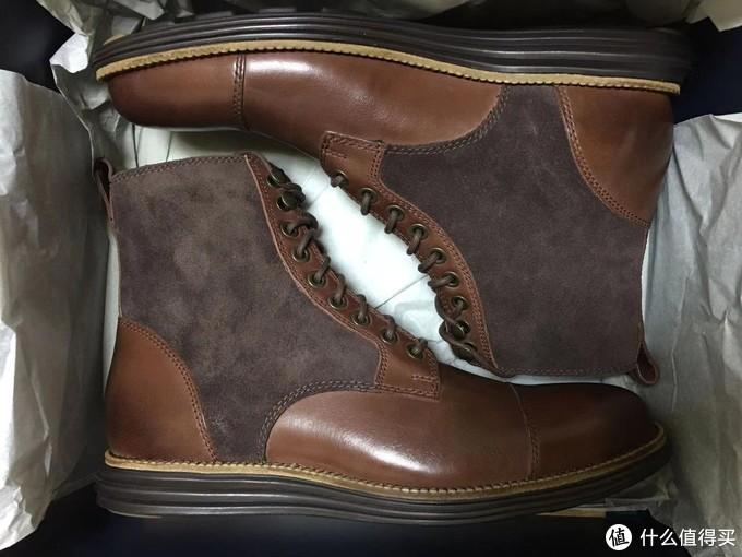 2只鞋子躺着,颜色很和谐,很喜欢这双鞋底的侧面线条。