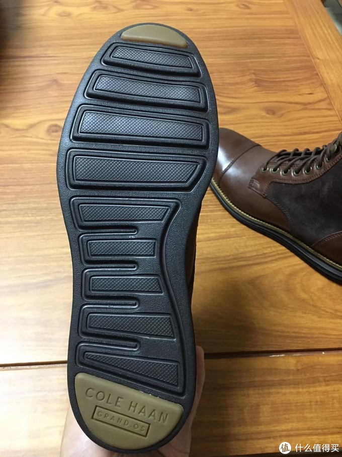 cole haan的鞋底子,前后的好像是粘上去的。略高出,实际穿着脚感并不软。