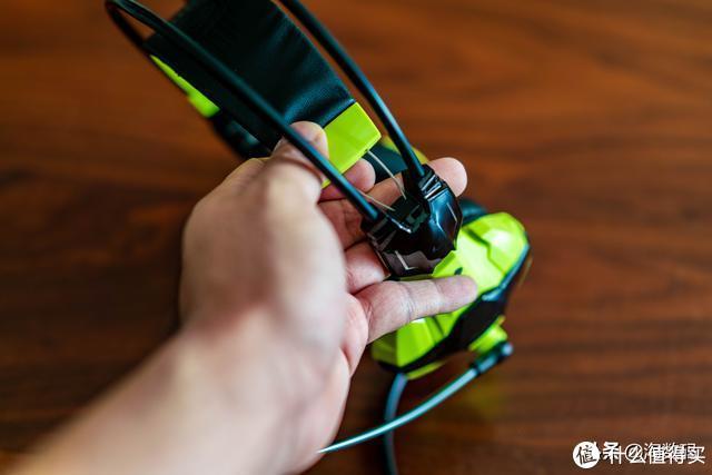 头梁内衬里面,是钢缆收条,廉价耳机一般用钢片甚至塑料托架(比如特么¥299的小米蓝牙耳机!)