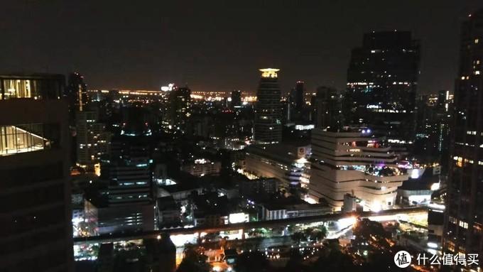 顶楼能够看到曼谷的夜景