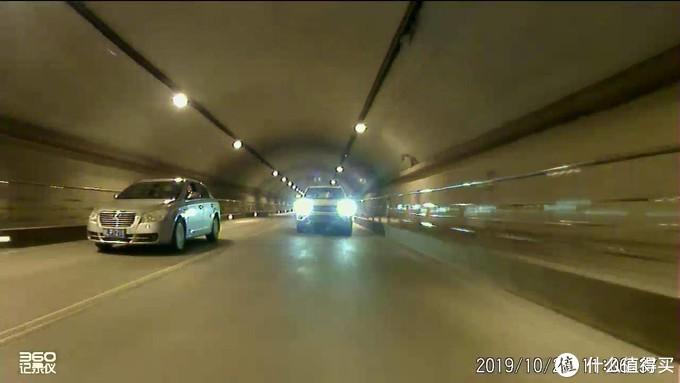 后摄像头暗光画质(开车时我没有拍摄M310实时预览效果的照片,但效果与这张录像视频的类似,而且会更清晰一些。)