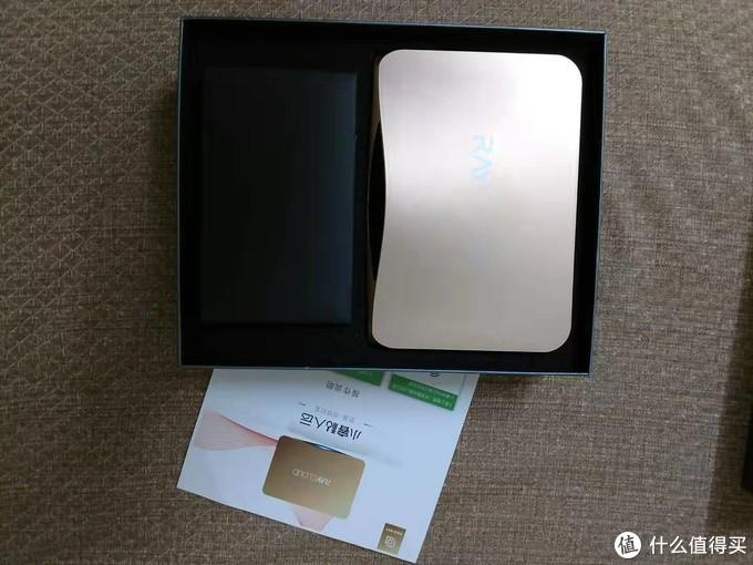 一张产品介绍,一个主机(原先也有封膜),一个黑盒是附件