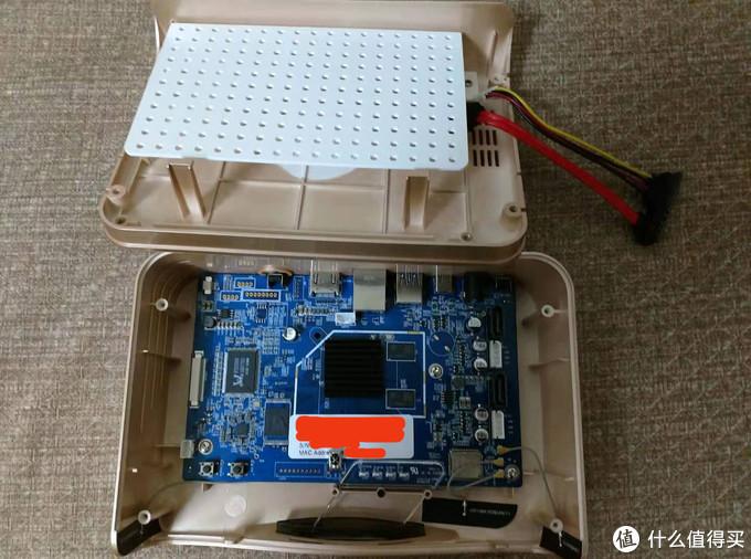 打开主机,上面的硬盘的家上面旁边是硬盘的信号和电源线