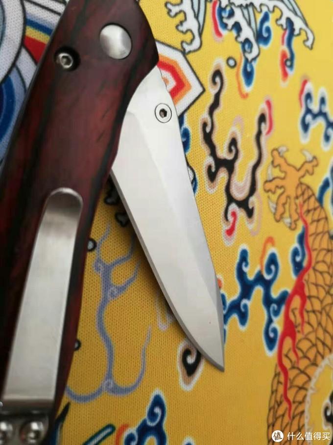 它的刃型和刀型还是挺优美的,尤其是配上彩木,如果换成牛骨可能会更漂亮吧~