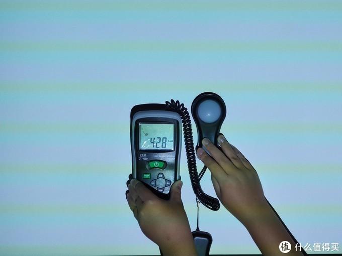 这是一台非常适合卧室使用的投影仪 坚果G7S投影仪使用评测