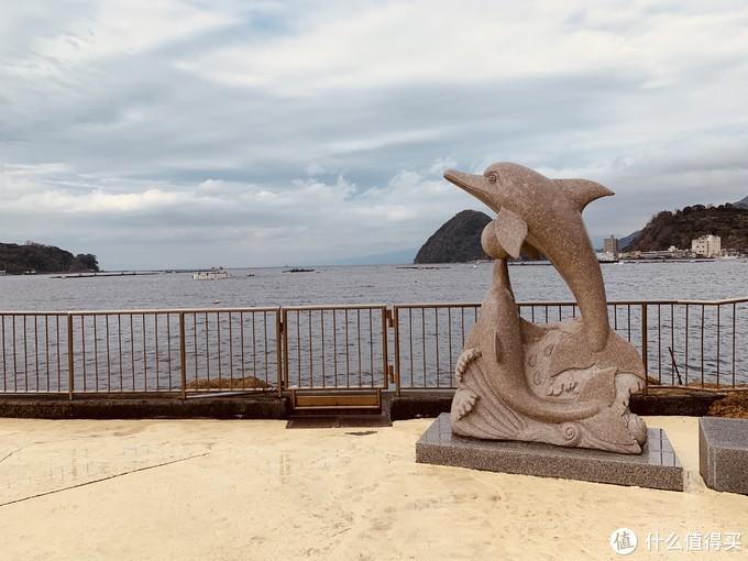 室外区的海豚雕塑