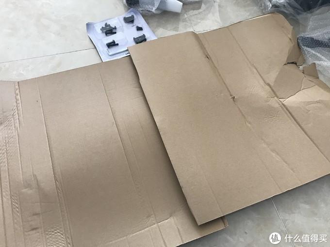 建议大家在家里安装的时候垫上一张纸壳,防止把地面划伤