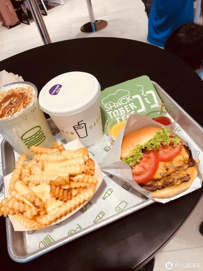 纽约的地标性汉堡 shake shack,要了新加坡特有的斑斓奶昔,没喝完,太腻了。。。汉堡的话,实话实说,我感觉和我这几天吃的麦当劳的双层芝士安格斯厚牛差不多