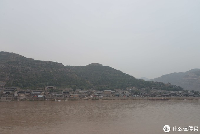 河对岸的碛口古镇