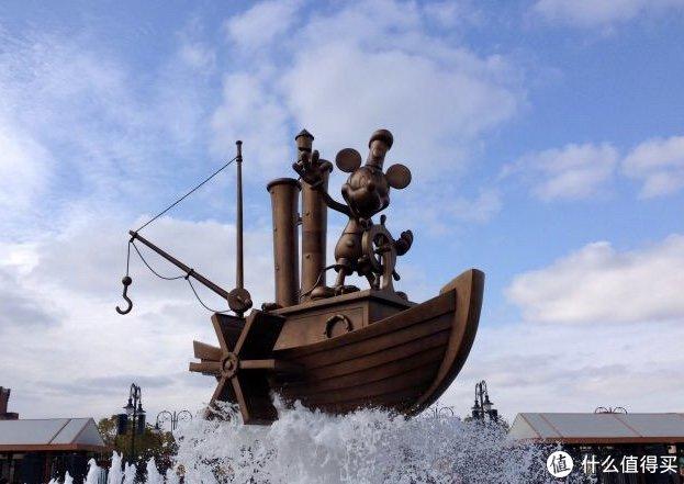 这部电影对于迪士尼公司的重要意义不言而喻,除了出现在迪士尼的片头商标(记得小时候在中央台看的米老师和唐老鸭片头也有),在迪士尼乐园的门口也作为欢迎喷泉的场景造型来再现。