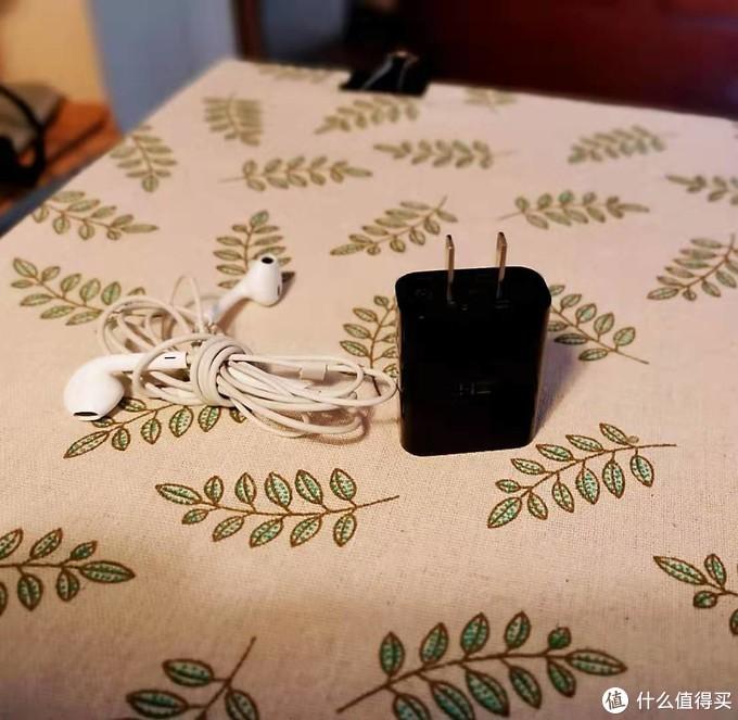 图四 充电器和耳机