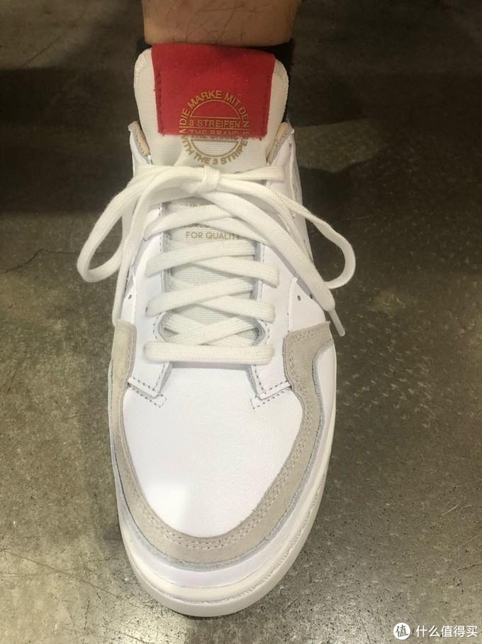 实体店里试了这个鞋款,鞋舌磨脚的体验好了很多