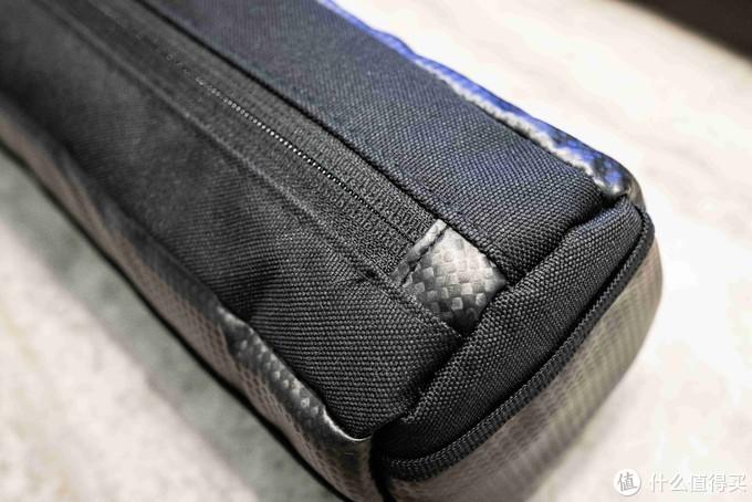 拉链底部都有碳纤纹理,一个收纳包而已,细节要不要这么到位。