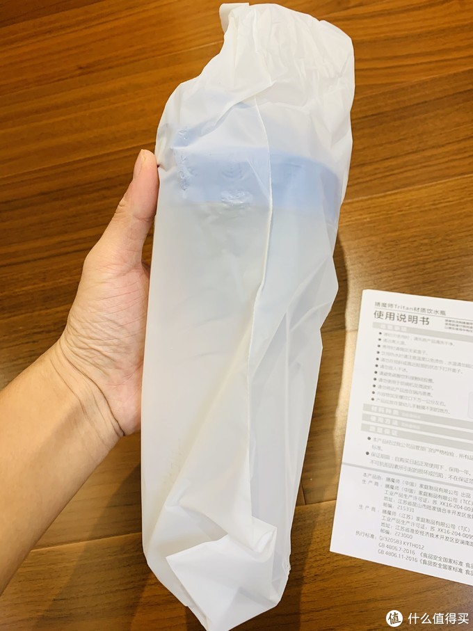 外面套了一层防尘袋!作为强迫症的我很担心这个杯子有划痕,事实证明是多余的想法,完美,没有一点划痕!