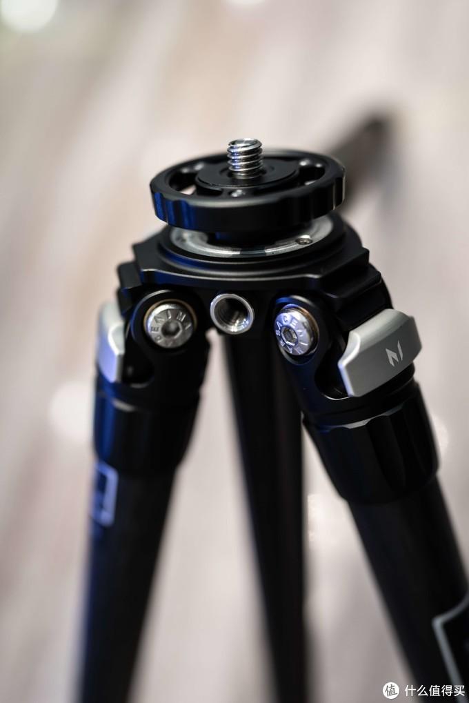 从展开向收纳位置并拢脚管的时候不需要操作限位卡块,单向卡槽配合内置弹簧自动回弹归位