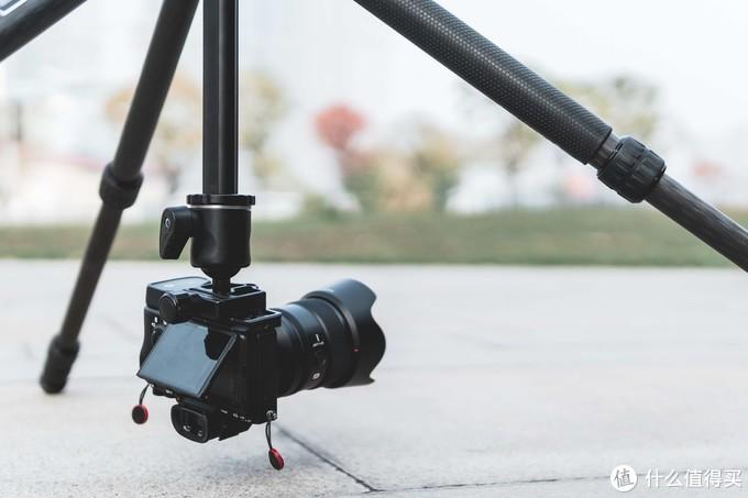 最后来看一下反转中轴的倒置低拍角度,相机可以直接贴在地面上