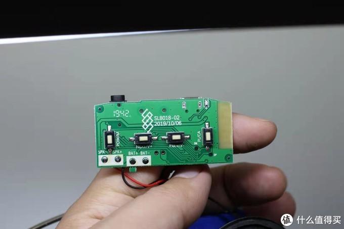 电路板背面只有4个按键,看的出来是通用电路板,还有多余的电源和喇叭的接口,电路板日期很新鲜啊!
