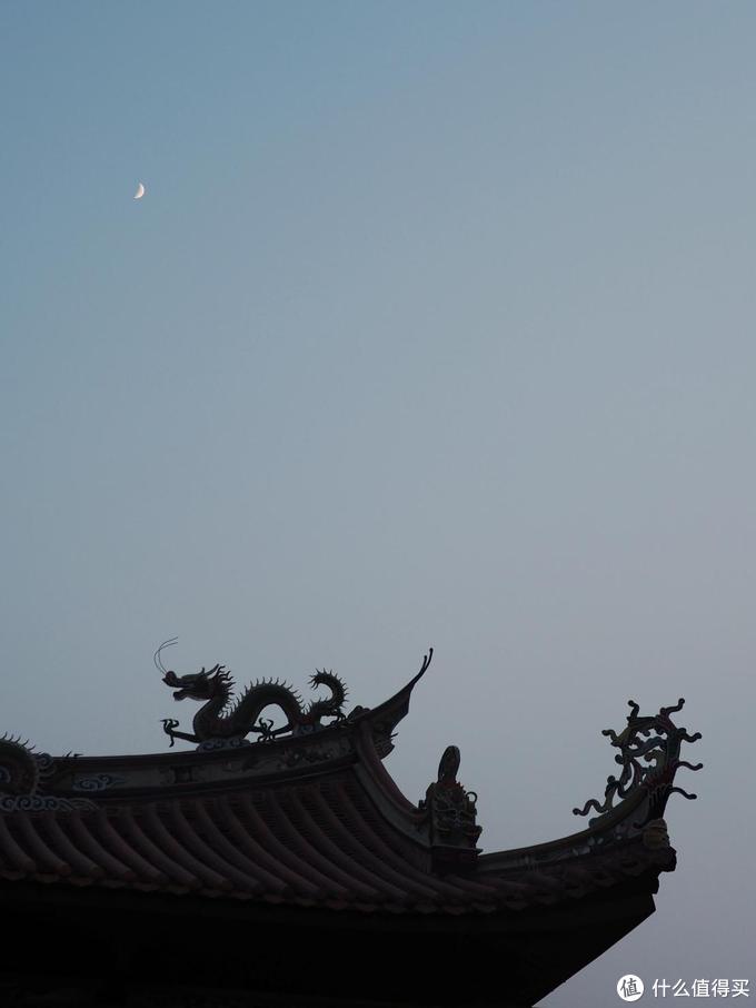 想拍寺庙恰好拍到月亮