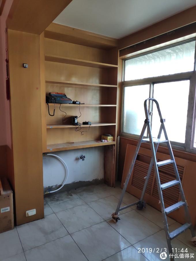 2000年喜欢用木板装饰墙面,暖气片是铸铁的,局部有渗漏,直接加阀门加管子移除