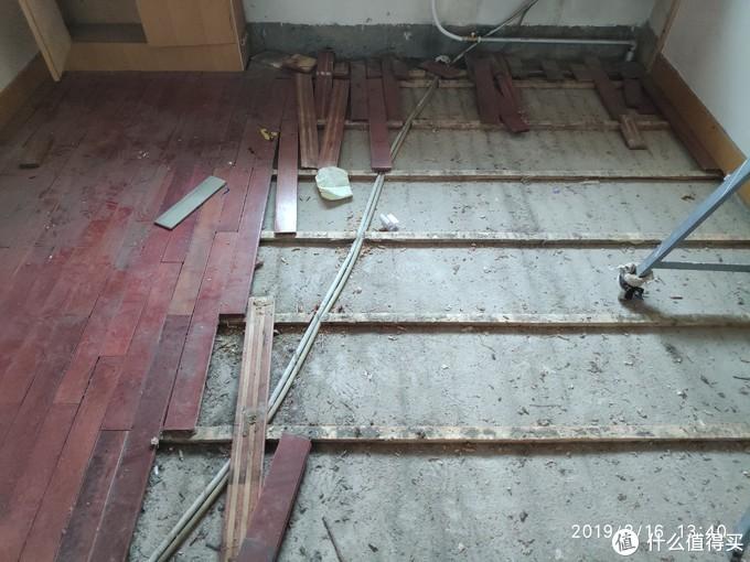 搭龙骨架的木地板,贩子不收说损耗太严重