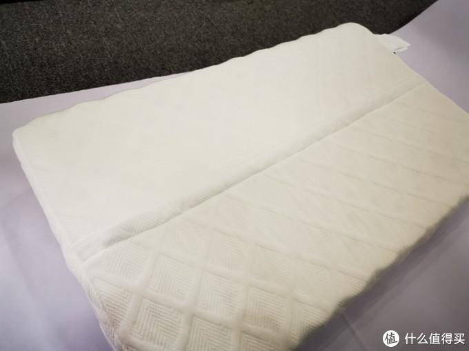 2⃣️枕套 普通汉布内套➕提花外套 乳胶枕内套是可以拆卸的汉布,这个汉布的质量算是中上等了,给到75分吧,拿掉内套以后,你可以清楚看到枕芯。外套是100%的的聚酯纤维也就是涤纶,嗯……之前讲过这个材质就是睡上去还算很亲肤,就是透气性相对差一些,但是我在北京这边最近,很冷,晚上睡也没有出汗,就还好。