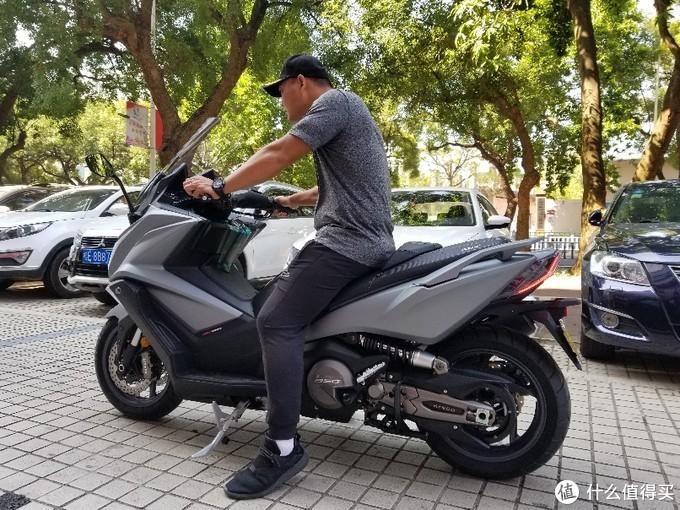 11万元的踏板摩托车值得买?光阳ak550开箱入户