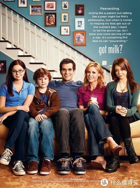 这是个传统的中产阶级家庭 主妇Claire和男主Phil有三个孩子 善交际的学渣大女儿Haley,内向的学霸小女儿Alex和有点傻气的小儿子Luke