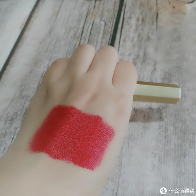 显白玫红色唇彩,和秋冬季节的衣服很好搭