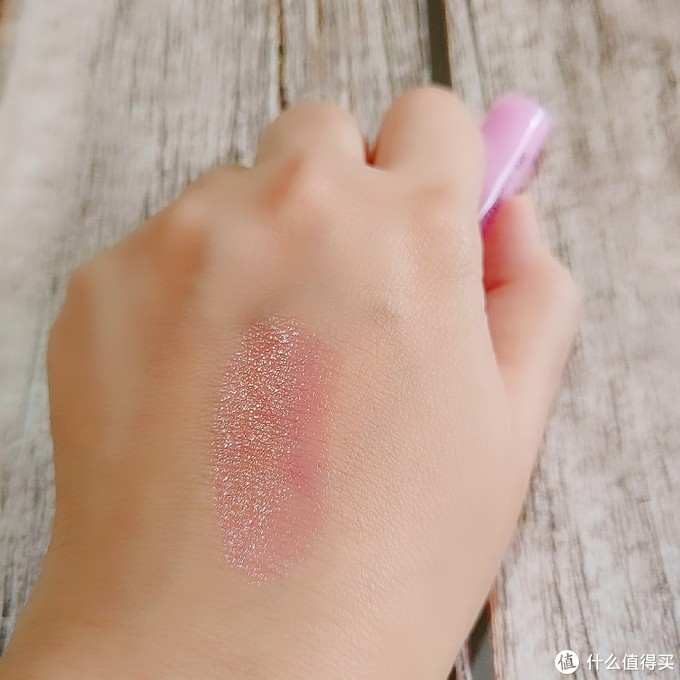 不同人用颜色不同的小草莓唇膏,好用还好玩