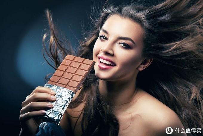 吃巧克力的妹子
