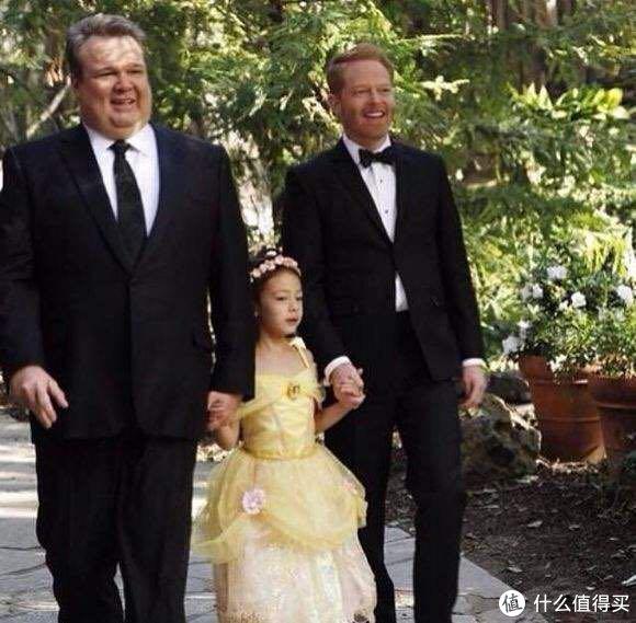 一个是同性恋家庭,律师Mitchell(黄胡子)和家庭主夫Camron(胖胖的那个),领养了一个女儿,叫Lily。