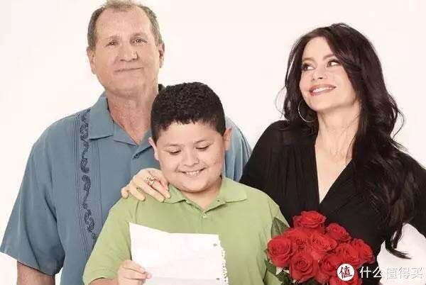 老夫少妻的组合,主妇Gloria和男主Jay,大儿子Manny是女主和她前夫的,两人还有一个小儿子