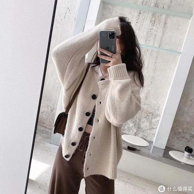 黑扣开衫 我一看到这种小短款就移不开眼!非常复古好穿的小开衫,今年就特别喜欢搭配一些颜色亮亮的款,混搭也是可以的,应该说是谁穿谁好看的百搭款了,显比例很绝,你们冬天也可以拿来当大衣外套、内搭都是很温柔的,米色一看就是韩国小姐姐feel。