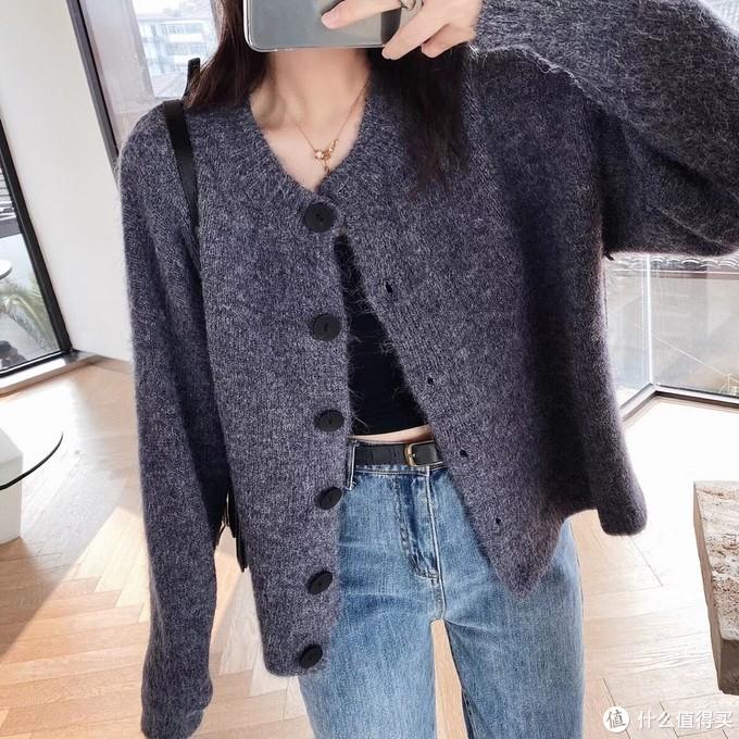 黑扣开衫 我一看到这种小短款就移不开眼!非常复古好穿的小开衫,今年就特别喜欢搭配一些颜色亮亮的款,混搭也是可以的,应该说是谁穿谁好看的百搭款了,显比例很绝,你们冬天也可以拿来当大衣外套、内搭都是很温柔的,灰色有点沉稳。