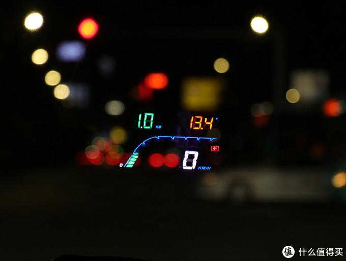 将圆盾HUD车载抬头显示器的主机平放在中控前台,主机上的数据就会投影在挡风玻璃上,司机不用低头就能查看了解各项数据