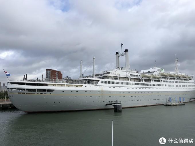 停靠在鹿特丹港的大型邮轮