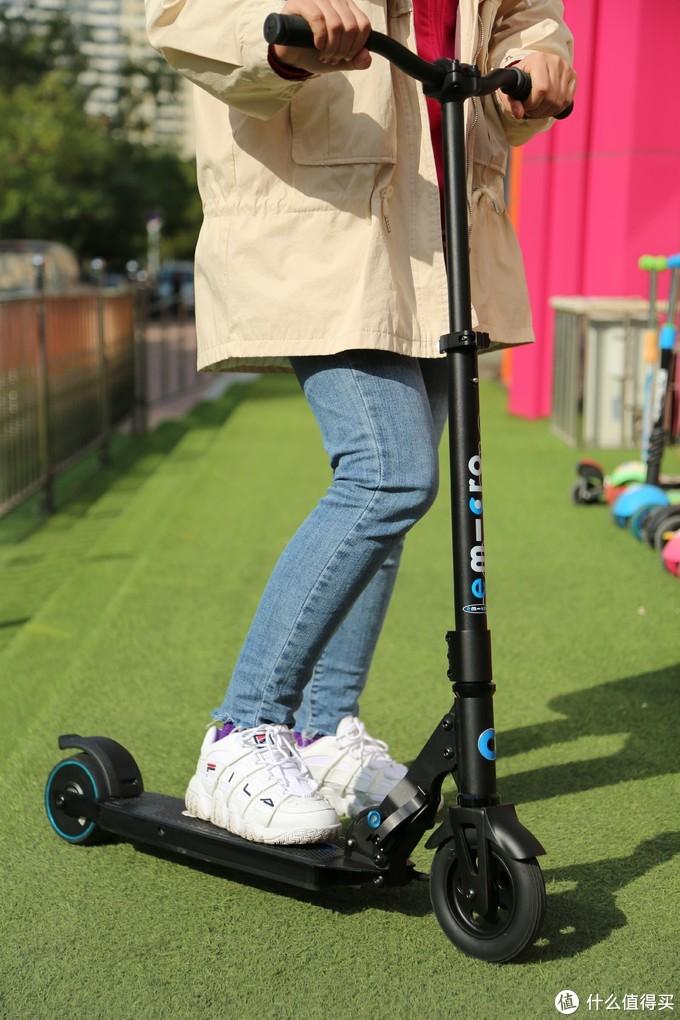 """玩转滑板车 运动充点""""电"""":micro米高电动滑板车"""
