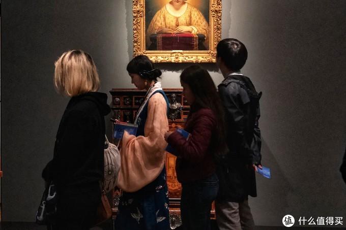 博物馆里穿着韩国传统服饰的女子