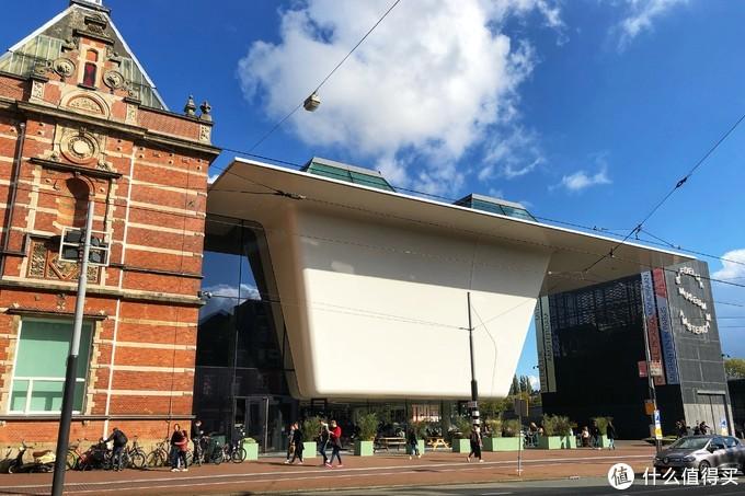 市立美术馆的建筑也很有特点,像一个船舶停靠在建筑群中
