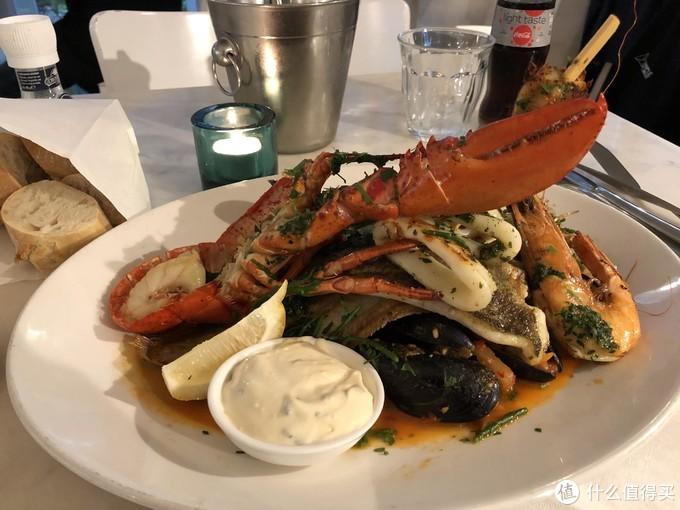 又是一家网红The Seafood Bar,点了最出名的Mix海鲜拼盘,跟旁边的两位美国老太聊的很开心,其中一位是语言中枢神经专家,我说我看过king's speech