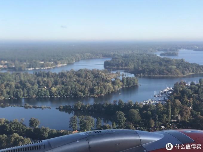 飞机缓缓降落在施普雷河畔