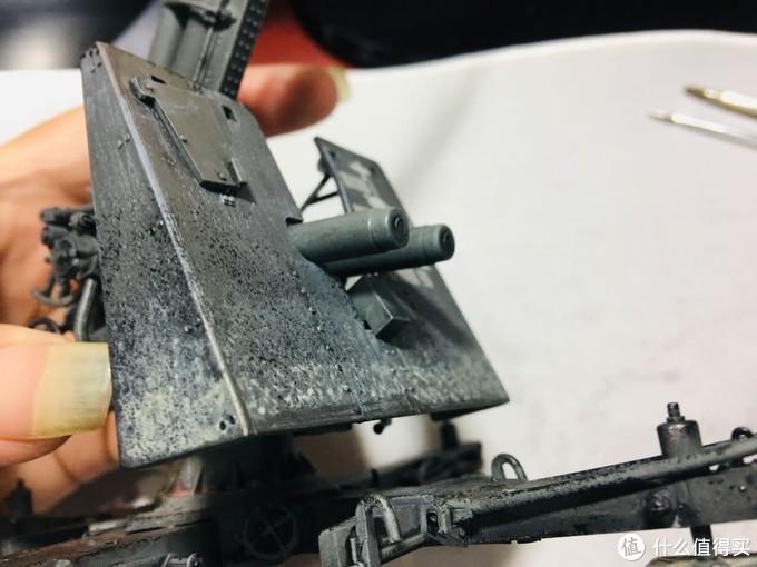 有模友演示的炮盾装法,将这个直角凸起当成卡扣卡在炮盾上了,我认为是错误的,至少造成这个直角凸起变形了