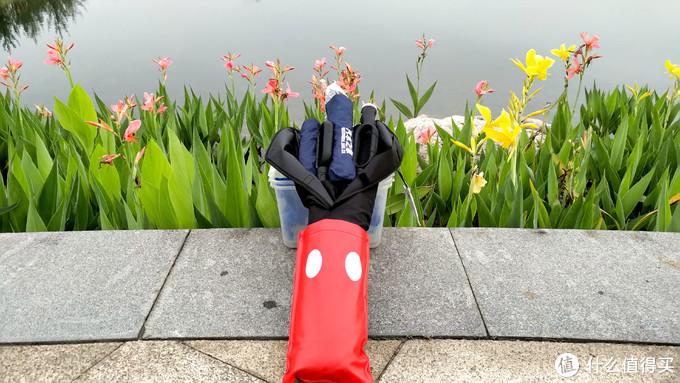 6把雨伞装倒是都装进去了,就是不知道能不能扣得上魔术贴,这是个问题