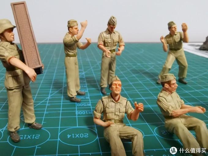 沙漠黄的这组兵人是去年FOV品牌复活之后新开模的,姿态和表情都要生动真实的多。但是受制于装配工人的手艺也有不足,注意坐着的这二位肩膀上的缝