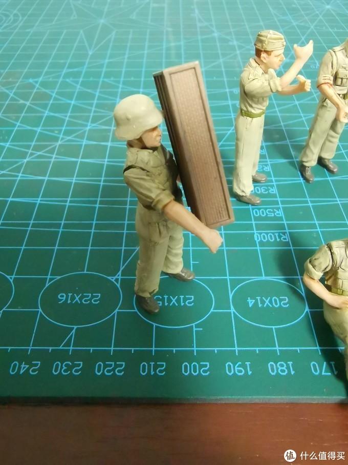 这名搬运炮弹箱的士兵设计的很有意思,空手的时候他是不能保持平衡的,只有抱着炮弹箱才能立住